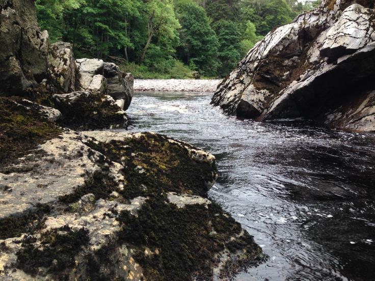 Rio e pedras